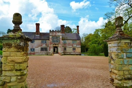 Baddesley Clinton: Approach to House
