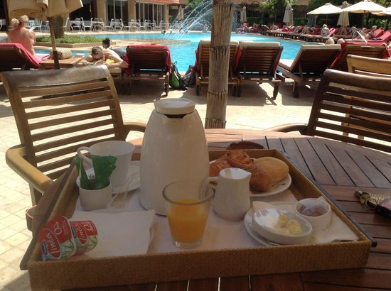 Es Saadi Marrakech Resort - Hotel: 10.20 am - breakfast in the pool?ask for room-service and take the tray yourself