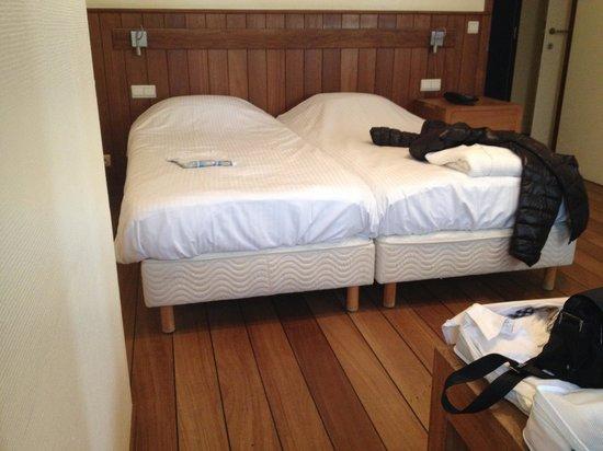 Hotel Villa Select : lits sommier apparent 1 seule table de nuit