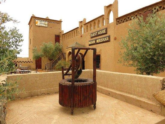 Guest House Merzouga: La struttura vista dalla zona di accesso