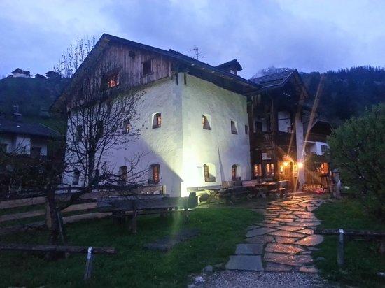 Osteria Plazores: L'esterno in stile XV secolo
