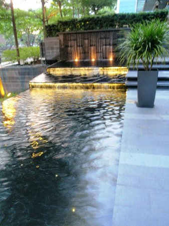 The Quincy Hotel by Far East Hospitality: Gardens with water feature
