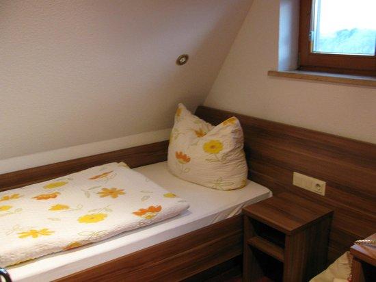 Hotel Cafe Uhl: A cama de solteiro sob o teto inclinado.