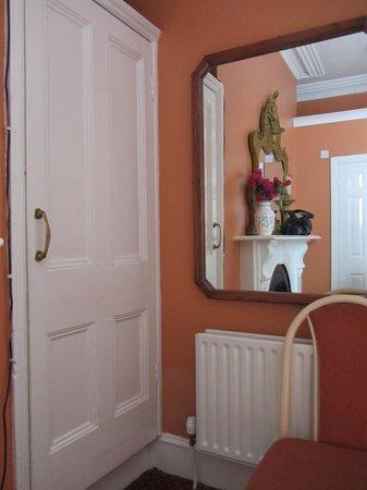 Marian Guest House: Porta della cabina armadio con riflesso nello specchio del camino