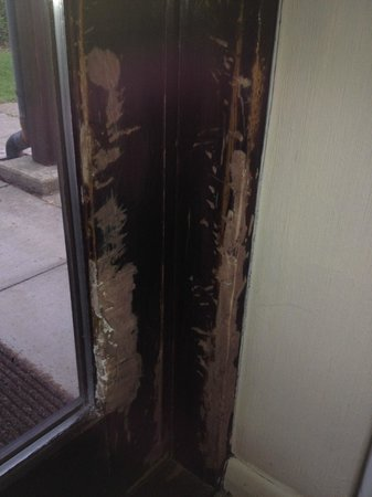 The Links Country Park Hotel & Golf Club: Gash filler in the entrance door to the £166/night room. Not rubbed down or painted.