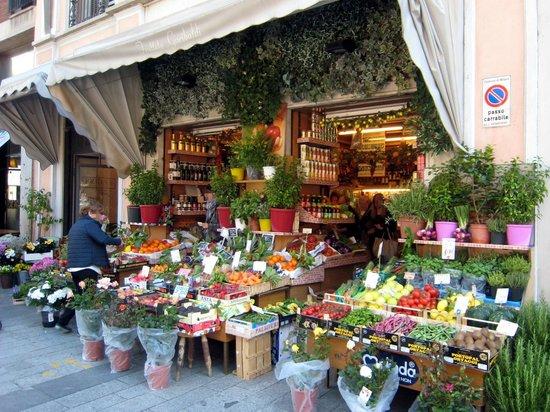 Un bel negozio di frutta e verdura foto di corso for Arredamento frutta e verdura