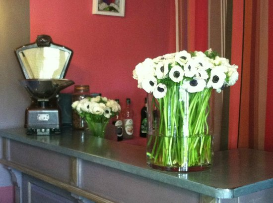 Hotel Sous les Figuiers : Beautiful fresh cut flowers on the bar in the reception area