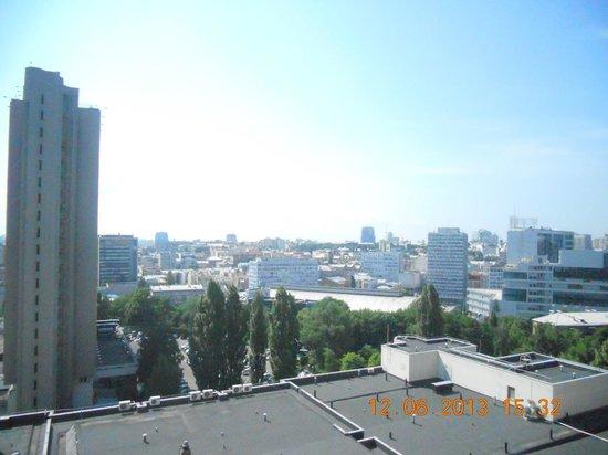 President Hotel: Вид с балкона (за деревьями метро)