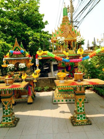 BEST WESTERN PREMIER Amaranth Suvarnabhumi Airport : mini temple located on hotel grounds prior to entrance