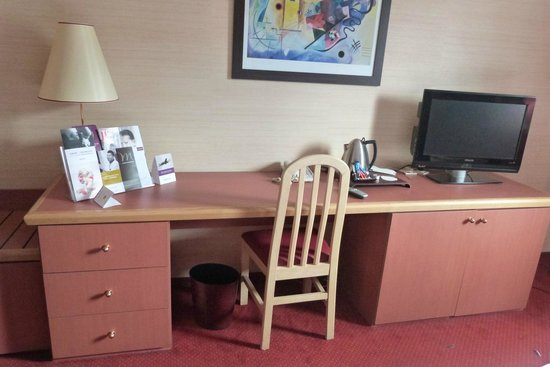 Mercure Lyon Charpennes Hotel: Bureau et plateau de courtoisie