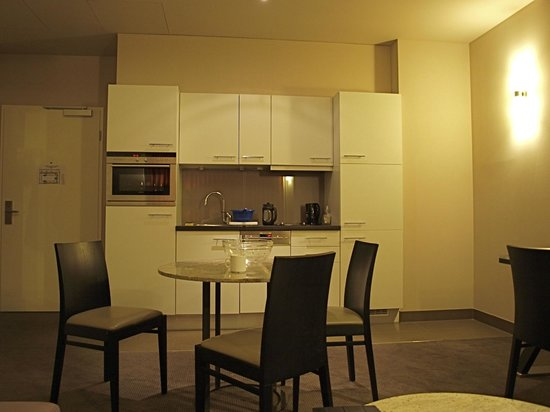 Adina Apartment Hotel Berlin Checkpoint Charlie: Our one bedroom flat's roomy kitchenette & living area