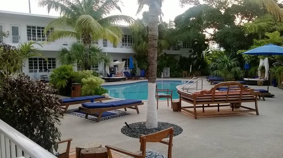 Tradewinds Apartment Hotel: Apartments around the pool