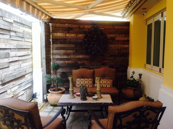 Olive Boutique Hotel: Front patio