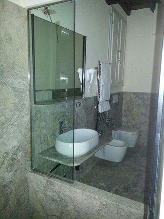 Il bagno con doccia a vista in marmo blu grigio foto di for Bagno 71 riccione prezzi