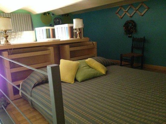 Casa Pariolina: letto matrimoniale sul soppalco