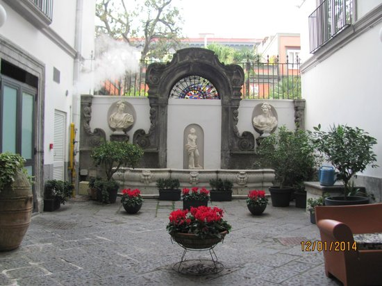 Hotel Piazza Bellini: внутренний дворик