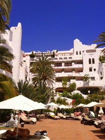 Hotel Jardín Tropical: Vista desde la hamaca en la que estaba situado en la piscina