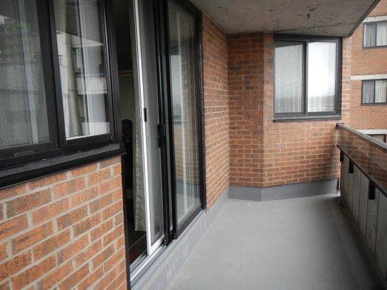 Albert at Bay Suite Hotel: Le balcon extérieur, où on peut mettre un petit set de patio qui est fourni et rangé dans la cha