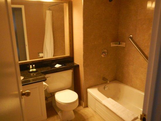 Albert at Bay Suite Hotel: Une des deux salles de bain