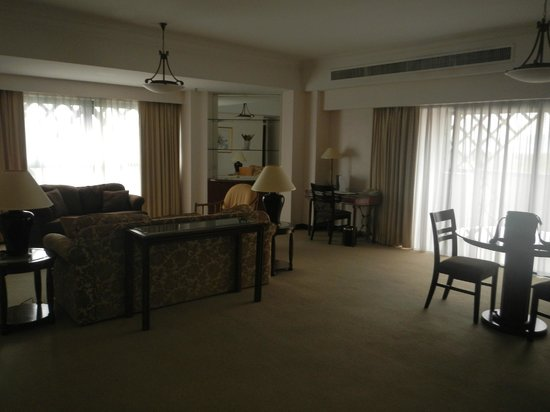 Ambassador Row Hotel Suites by Lanson Place: living room