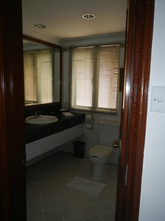 Ambassador Row Hotel Suites by Lanson Place : bathroom 1
