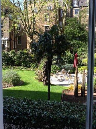 K+K Hotel George: il giardino dell'hotel dove e' possibile far colazione