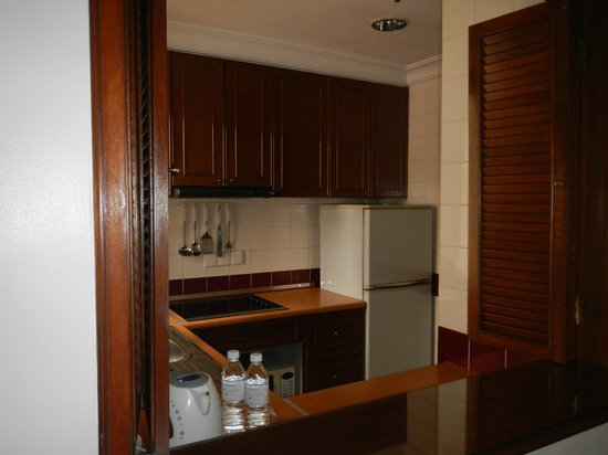 Ambassador Row Hotel Suites by Lanson Place: kitchen