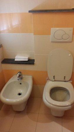 Hotel Bernardino: sanitari bagno camera 132