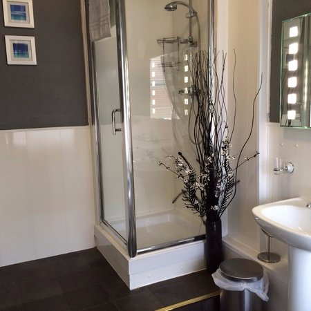 The Edenfield Guest House : Generous sized bathroom