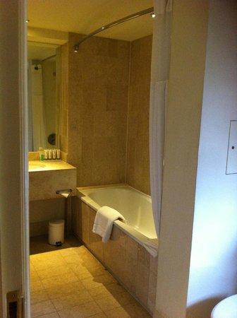 Le Meridien Piccadilly : La salle de bains en marbre