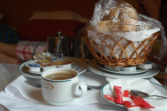 Sao Miguel Park Hotel: Juice, Coffee/Tea and Bread Basket in our Room