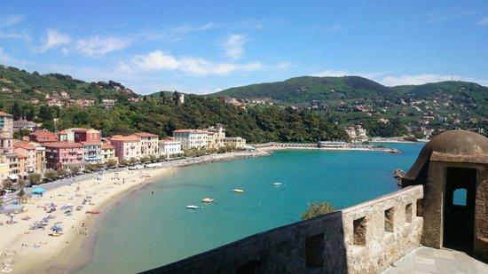 Castello di San Terenzo: Veduta sulle spiagge