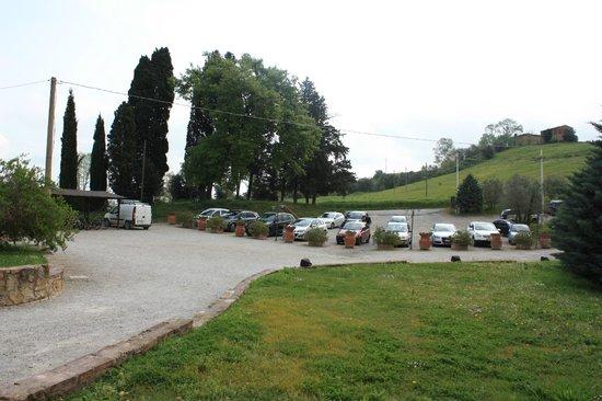 Castellare di Tonda Resort & Spa: parcheggio dalla reception