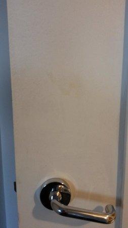 Ibis Sydney Darling Harbour: Dirty marks on bathroom door.