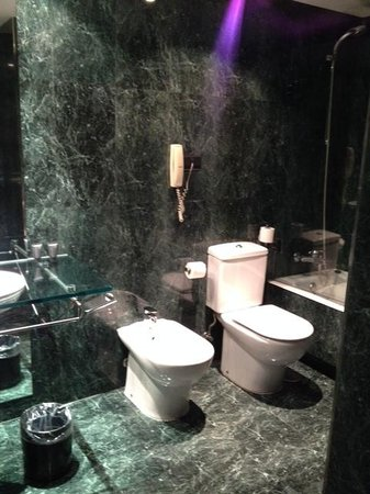 AC Hotel Avenida de America: Perfect bathroom
