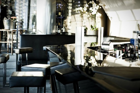 le 39v vue sur le bar pierre monetta photo de restaurant le 39 v paris tripadvisor. Black Bedroom Furniture Sets. Home Design Ideas