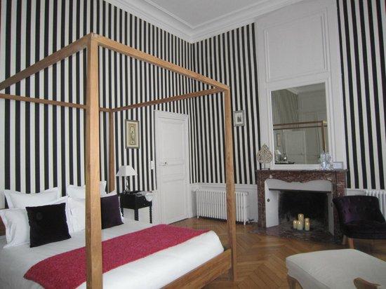 Maison Ailleurs: chambre très spacieuse décorée avec goût