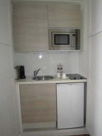 Maison Ailleurs: coin kitchenette nichée dans un placard