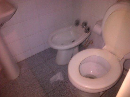 Hotel Felipe II: baño muy sucio, pequeño y viejo