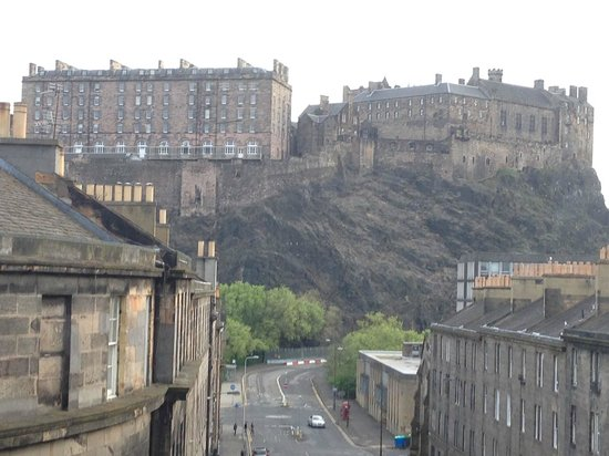 DoubleTree by Hilton Hotel Edinburgh City Centre: The view from our room on the third floor. Could you get better ??