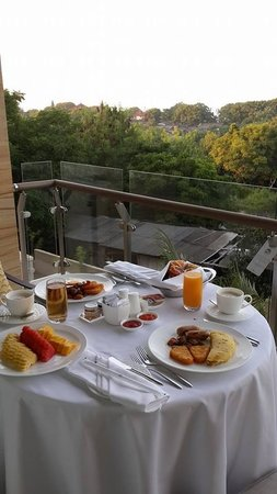 Mulia Resort: Room service with breakfast. Eating on the balcony. Super romantic