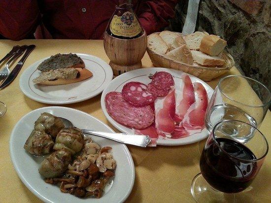 Ristorante da Padellina: закуска из салюми, брускет, артишоков и грибов