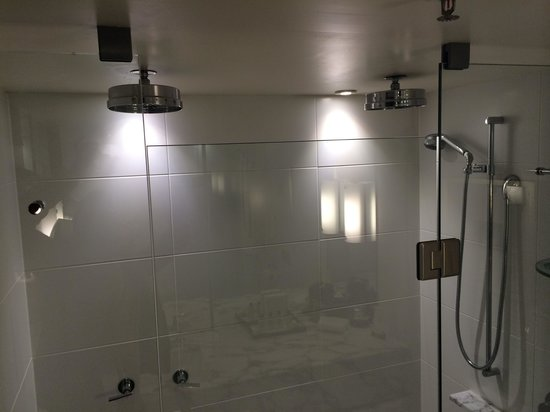 InterContinental Sydney: Separate his and hers showers