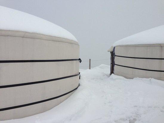 Rochers-de-Naye Yurts: Schnee Ende Mai, aber gut geheizte Jurten