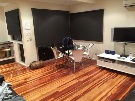 Airlie Apartments: We like the flooring, nice apartments