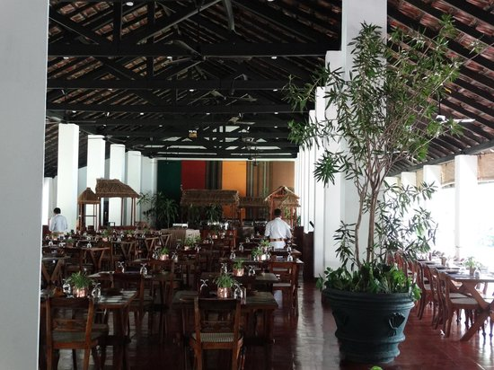 Sigiriya Village Hotel : Open on all sides - an airy bar and restaurant