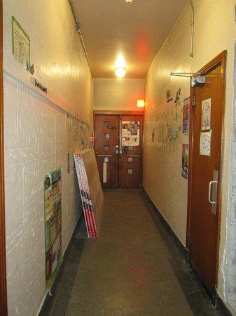 Alexandrie Hostel: Couloir accès laverie à droite et chambres mixtes + terrasse