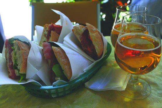 G.B. Bar: 2 sandwich coupés en deux