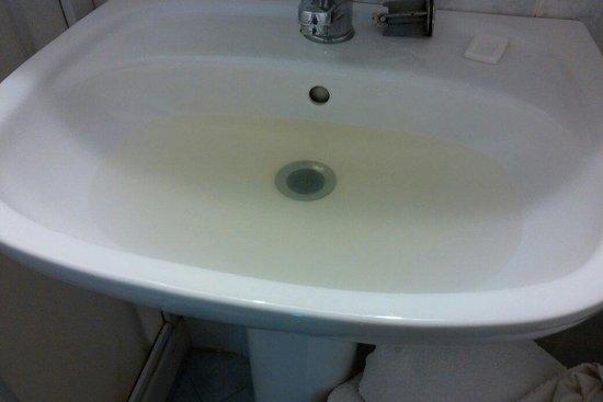 """Hotel Villa Nicole: Il lavandino otturatore segnalato alle 12.00 e messo a posto alle 20 dopo un in""""felice"""" colloqui"""