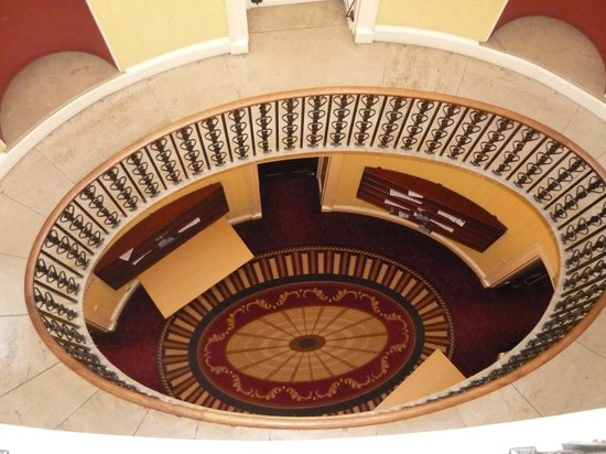 Willersley Castle Hotel: Looking down from our 2nd floor landing